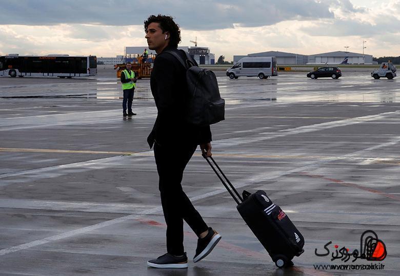 دروازهبان موفق تیم مکزیک در فرودگاه با اپل